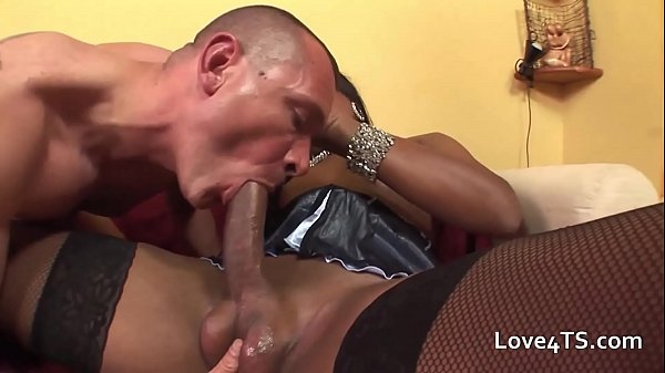 Boazuda bem dotada comendo cu de homem