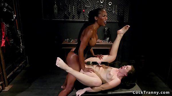 Porno trans comendo cu de mulher branquinha