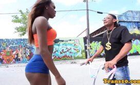 Travesti negra acompanhante faz cliente gozar gostoso