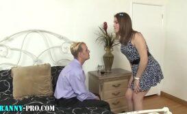 Travesti gozando no cu do homem safado