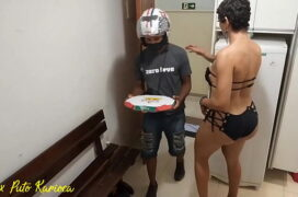 Shemale magrinha fazendo sexo com entregador de pizza
