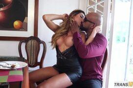 Inversao sexo uma linda loira travesti com o cu sendo comido de jeito na sala de casa